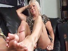 老婦人の足のポルノ